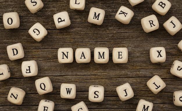 Nazwa słowa napisana na drewnianym bloku