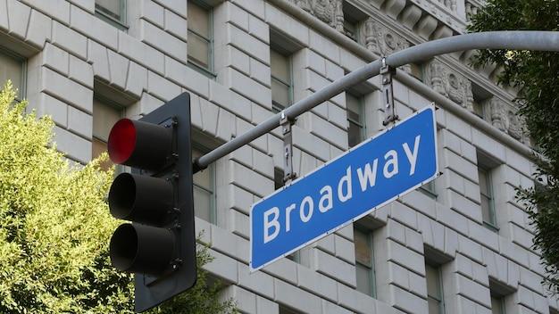 Nazwa ulicy broadway, znak drogowy odonym i sygnalizacja świetlna w usa. śródmieście miasta.