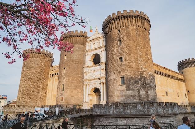 Neapol, włochy - 30.10.2019: średniowieczny zamek maschio angioino lub castel nuovo (nowy zamek), neapol, włochy. historia. podróżować.