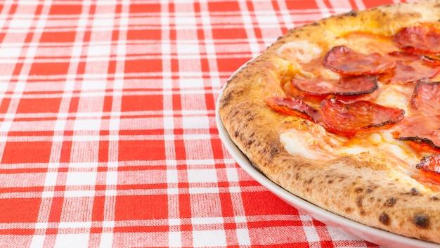 Neapol, włochy. prawdziwa włoska pizza diavola - tradycyjna pizza na ostro