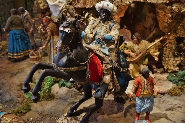 Neapolitańska szopka bożonarodzeniowa z ręcznie wykonanymi figurkami, w tym mędrcem baltazarem.