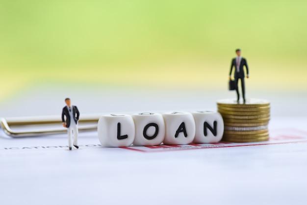Negocjacje finansowe pożyczki biznesmen dla pożyczkodawcy i kredytobiorcy