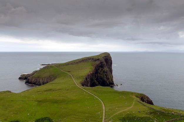 Neist point w pochmurny dzień. wyspa skye w szkocji