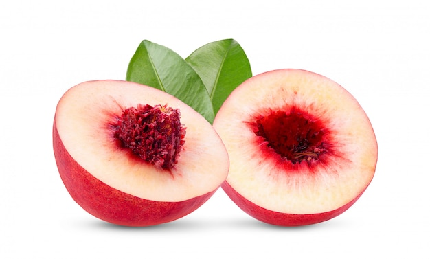 Nektaryny owoc z liściem odizolowywającym na białym tle