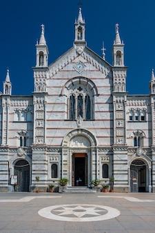 Neogotyckie Sanktuarium Nostra Signora Di Montallegro Na Szczycie Wzgórza Nad Wioską Rapallo Na Włoskiej Riwierze Premium Zdjęcia