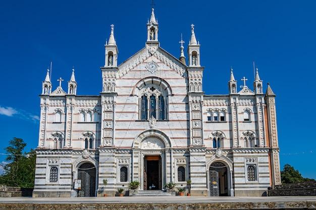 Neogotyckie sanktuarium nostra signora di montallegro na szczycie wzgórza nad wioską rapallo na włoskiej riwierze