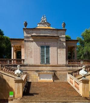 Neoklasycystyczny pawilon w labiryntowym parku horta