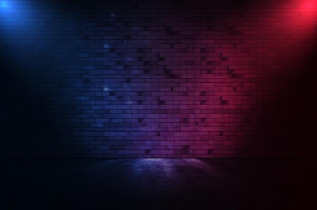 Neonowa scena pusta z dymem i reflektorem na ceglanej ścianie promienie światła neonowego