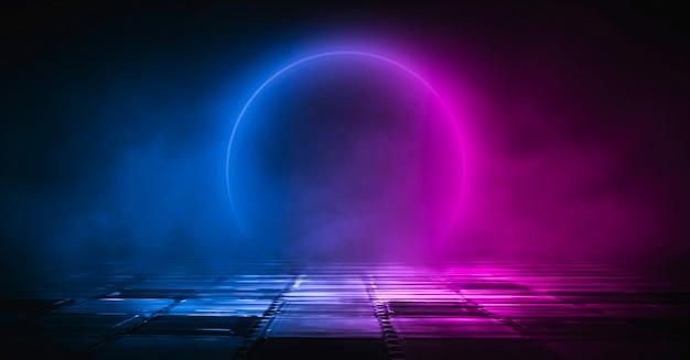 Neonowy krąg. ciemne tło ulicy, odblask niebieskiego i czerwonego neonu na asfalcie.