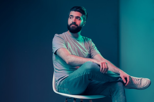 Neonowy portret młody atrakcyjny mężczyzna
