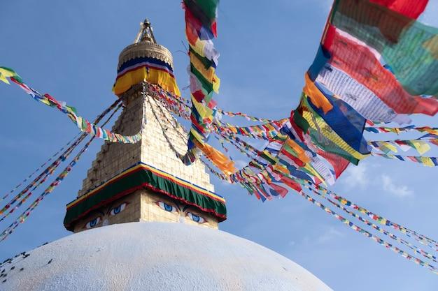 Nepal kathmandu boudha stupa lub boudhanath to jedna z największych sferycznych stup w nepalu.