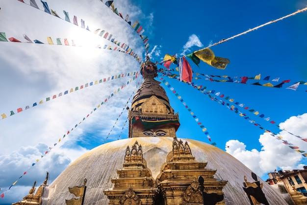 Nepal złota stupa bouddanath w katmandu z kolorowymi tybetańskimi flagami modlitewnymi zbliżenie w słoneczny dzień