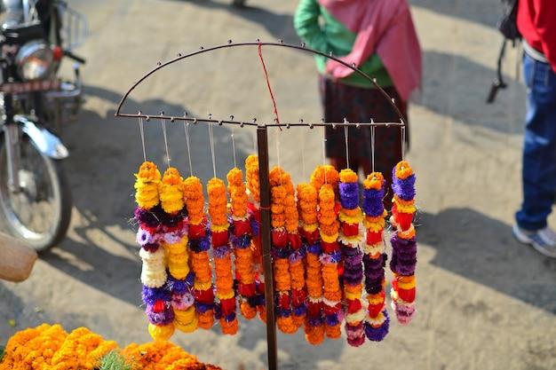 Nepalski targ z pomarańczowymi kwiatami