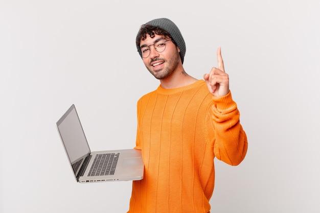 Nerd człowiek z komputerem czujący się jak szczęśliwy i podekscytowany geniusz po zrealizowaniu pomysłu, radośnie podnoszący palec, eureka!