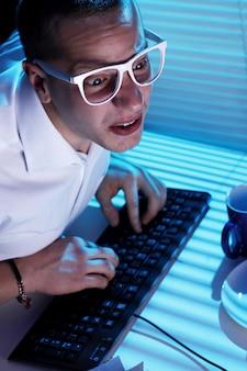 Nerd surfowanie po internecie w nocy