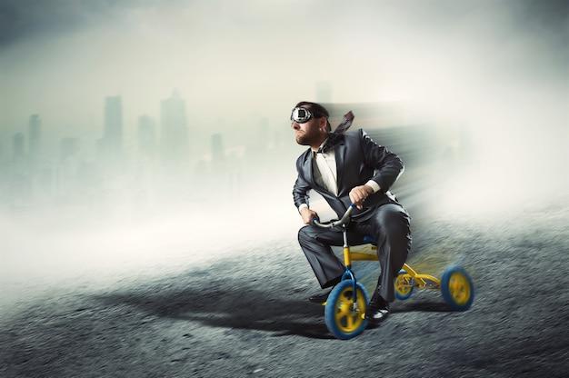 Nerdy biznesmen jedzie na małym rowerze