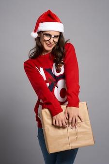 Nerdy kobieta trzyma prezent gwiazdkowy