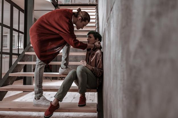 Nerwowa walka. młode małżeństwo czuje się zły podczas wielkiej nerwowej kłótni w domu