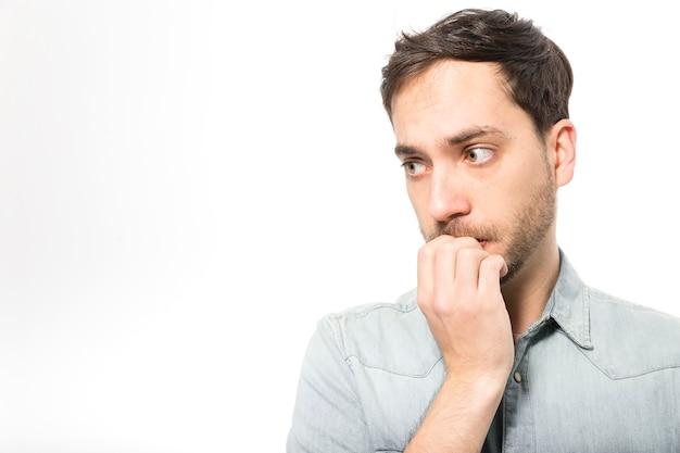 Nerwowy człowiek gryzący paznokcie