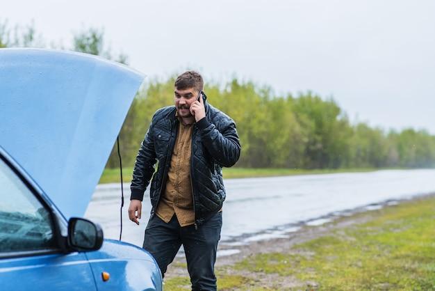 Nerwowy kierowca dzwoni do pomocy technicznej przez telefon