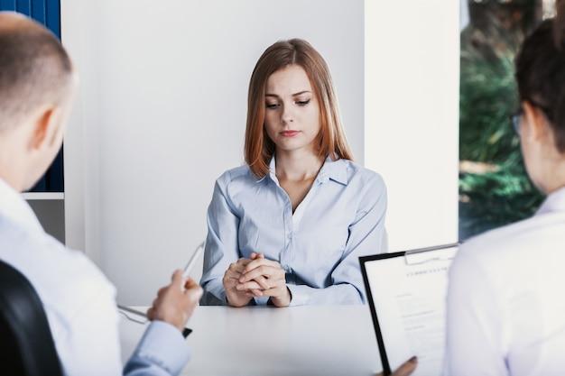 Nerwowy młody praktykant podczas rozmowy kwalifikacyjnej w korporacji