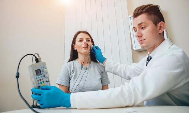 Nerwy pacjenta są badane za pomocą elektromiografii.