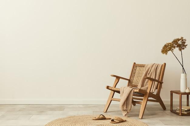 Neutralna koncepcja wnętrza salonu z designerskim drewnianym krzesłem, okrągłym dywanem, stołkiem, kapciami, dekoracją i eleganckimi akcesoriami osobistymi. szablon. skopiuj miejsce.
