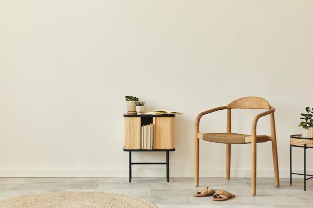 Neutralna koncepcja wnętrza salonu z designerskim drewnianym krzesłem, okrągłym dywanem, stołkiem, szafką, kapciami, dekoracją i eleganckimi akcesoriami osobistymi. szablon. skopiuj miejsce.