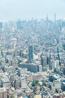 New york city - 10 lipca: widok z lotu ptaka na manhattanie 10 lipca 2015 r. w nowym jorku. manhattan to główne centrum handlowe, gospodarcze i kulturalne stanów zjednoczonych.