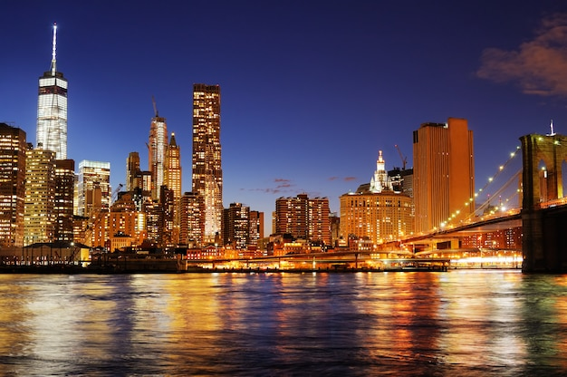 New york city brooklyn bridge i centrum skyline nad east river w nocy