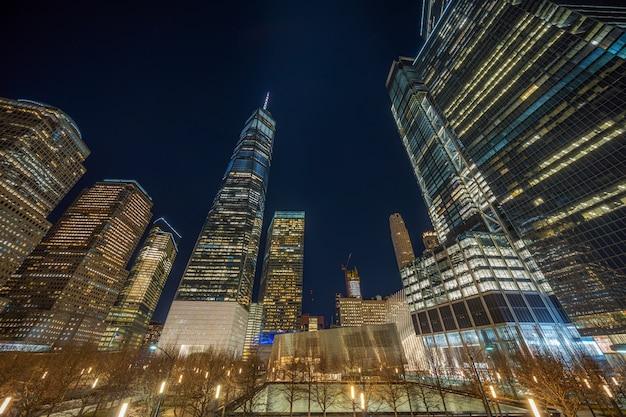 New york cityscape z pomnikiem 911 w czasie zmierzchu, stany zjednoczone ameryki