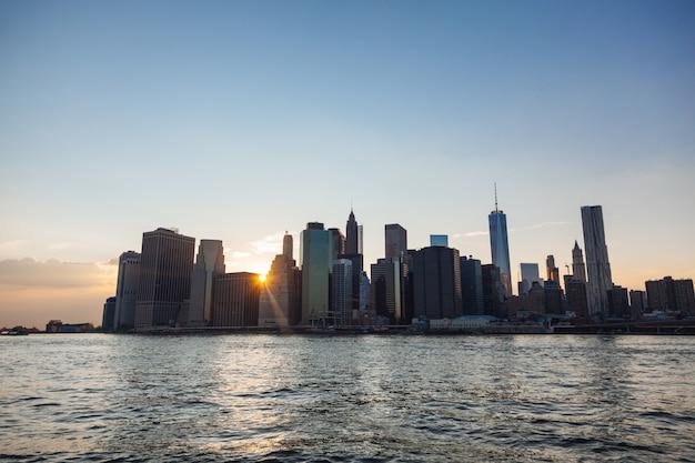 New york downtown skyline o zachodzie słońca
