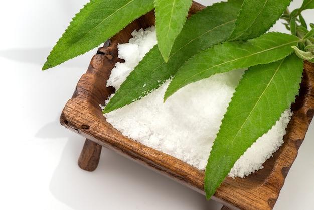 Ngai camphor tree zielone liście i biały kryształ na białym tle