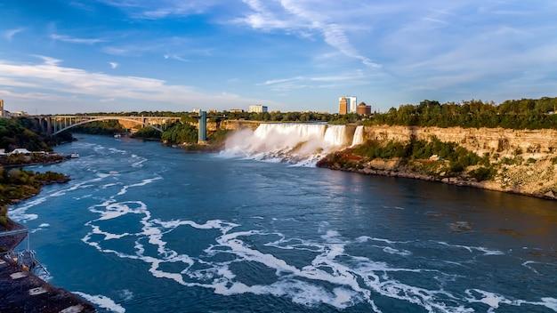 Niagara falls usa panoramiczny widok na wodospad rainbow bridge i rzekę niagara od strony kanadyjskiej