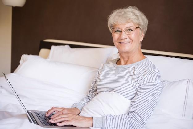 Nic więcej nie jest potrzebne - łóżko i komputer