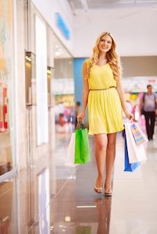 Nice kobieta chodzenie po dniu spędzonym na zakupach