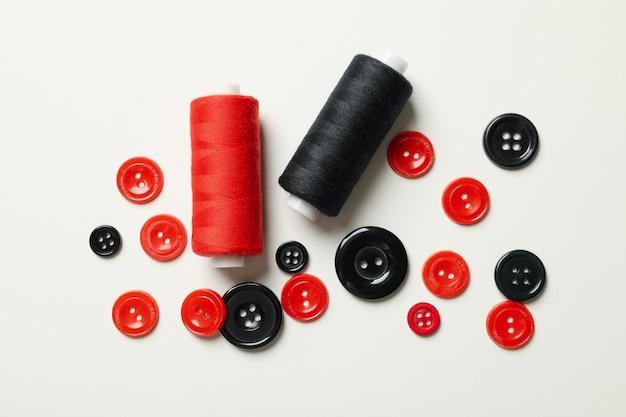 Nici i guziki w kolorze czerwonym i czarnym