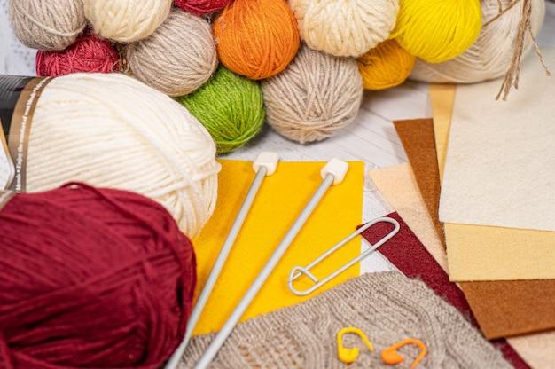 Nici w rolkach. kolorowe szpulki do haftowania akcesoriów hobby i kreatywności. tło dla witryny
