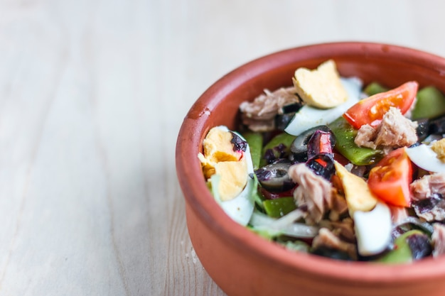 Nicoise sałatka z tuńczykiem, fasolką szparagową, bazylią i świeżymi warzywami