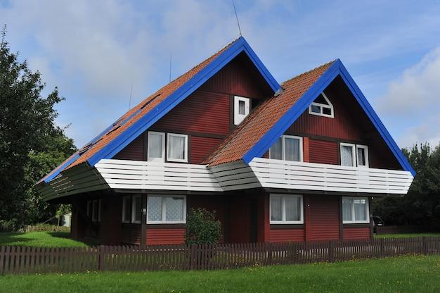 Nida litwa piękny stary litewski tradycyjny drewniany dom w nidzie, litwa, europa
