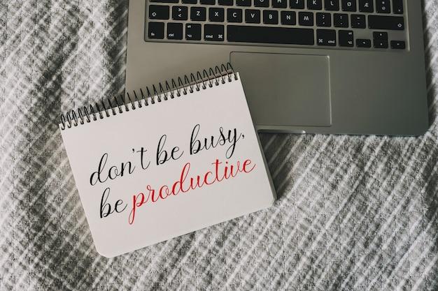 Nie bądź zajęty, bądź produktywny motywacyjny cytat napisany na papierze w zeszycie