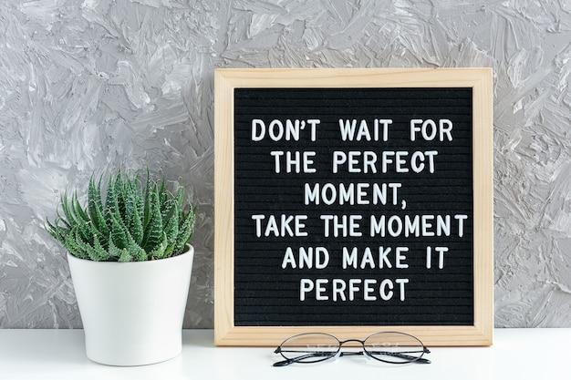 Nie czekaj na idealny moment, weź ten moment i uczyń go idealnym. motywacyjny cytat na tablicy listu, soczysty kwiat