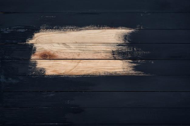 Nie do końca pomalowane drewniane deski w kolorze czarnym