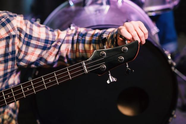 Nie do poznania człowiek strojący gitarę elektryczną