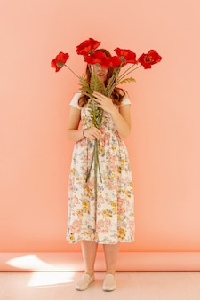 Nie do poznania dama trzyma kwiat pełny strzał