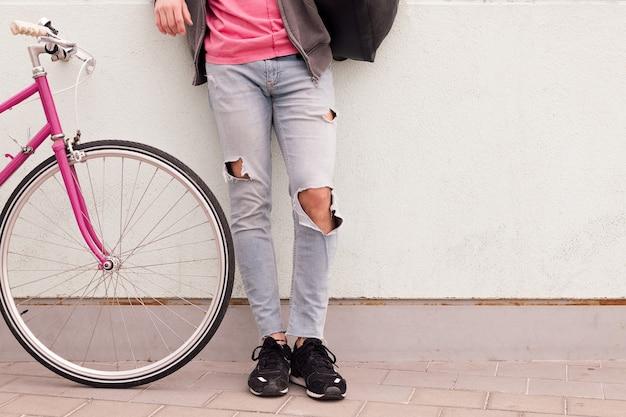 Nie do poznania fajny młody człowiek ze swoim zabytkowym rowerem
