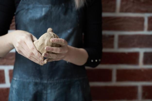 Nie do poznania kobieta co ceramiczną miskę w ręku. koncepcja kreatywnych hobby. zarabiaj dodatkowe pieniądze