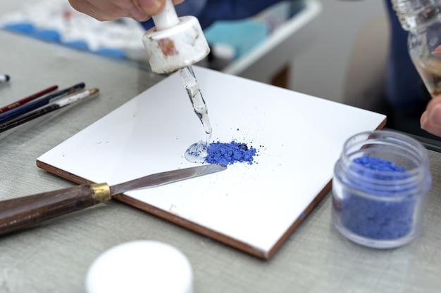 Nie do poznania kobieta ręce pracuje malowanie naczyń ceramicznych. koncepcja kunsztu
