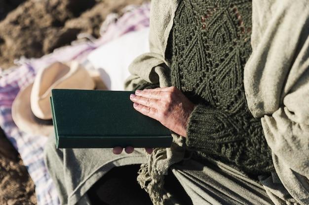 Nie do poznania kobieta trzyma książkę