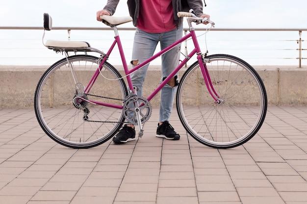 Nie do poznania młody człowiek posiadający koncepcję roweru retro zrównoważonej mobilności i miejskiego stylu życia